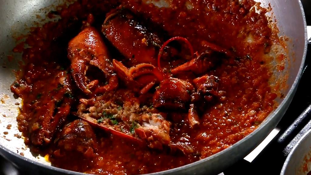 Come viene preparato il sugo all'astice della Gastronomia La Brace